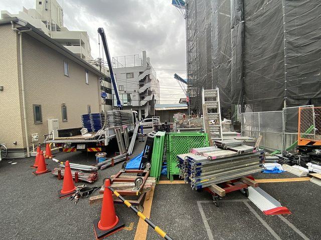 大規模修繕工事のために足場を組み立てる西東京市内のマンション2(2021.3.5)スプラッシュ