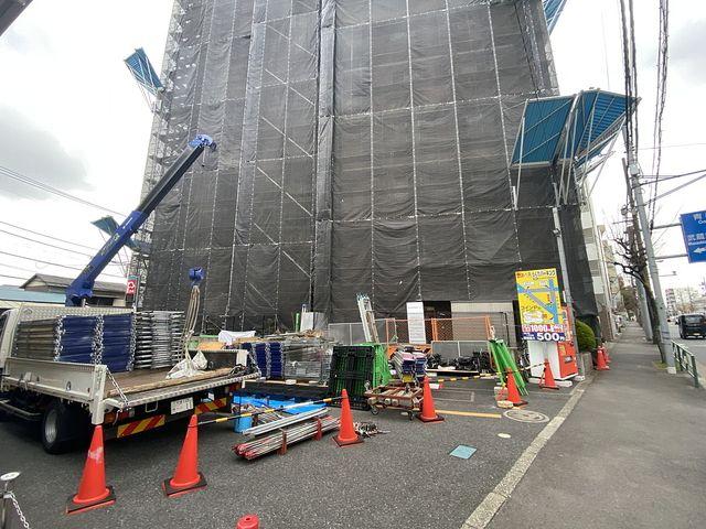 大規模修繕工事のために足場を組み立てる西東京市内のマンション3(2021.3.5)スプラッシュ