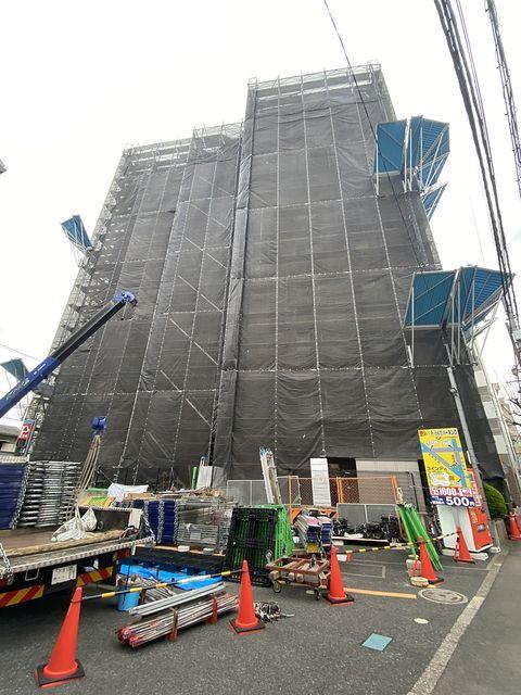 大規模修繕工事のために足場を組み立てる西東京市内のマンション(2021.3.5)スプラッシュ