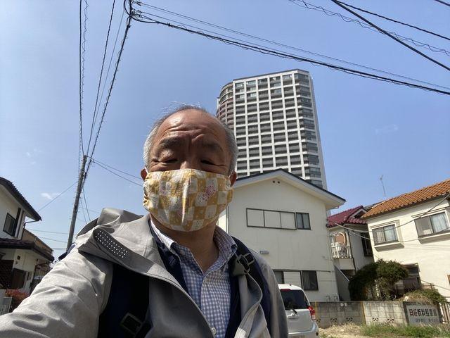ひばりタワーをバックに自撮りするスプラッシュの鈴木義晴(2021.3.19)