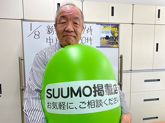 スプラッシュの事務所内で自撮りする鈴木義晴