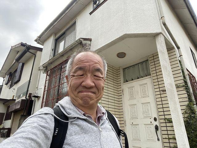 西東京市泉町2丁目の新築一戸建ての建設予定地の玄関先で自撮りする鈴木義晴(2021.3.30)スプラッシュ