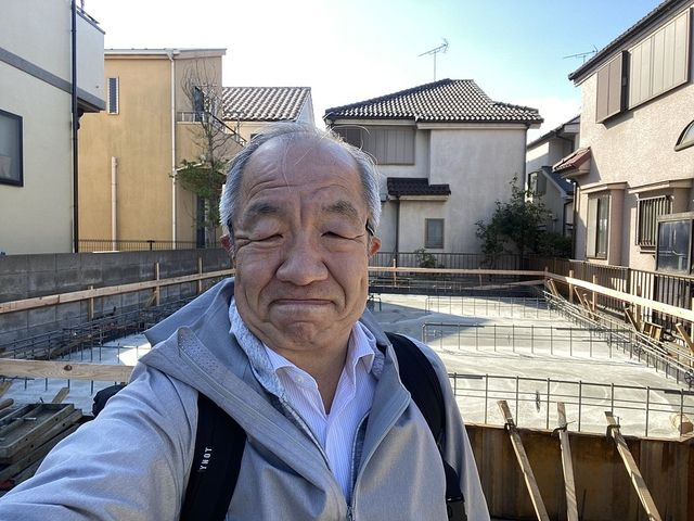 西東京市下保谷3丁目をバックに自撮りする鈴木義晴(4/10)スプラッシュ