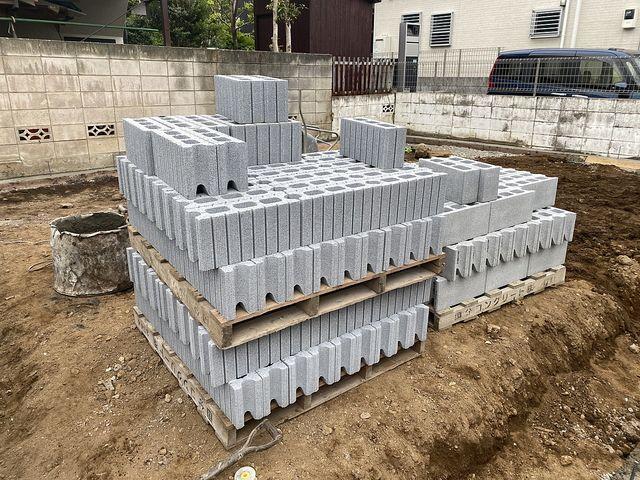 西東京市泉町2丁目新築一戸建ての外構工事・敷地内に積まれたコンクリートブロック(2021.4.13)スプラッシュ