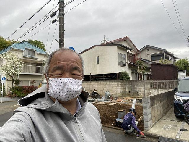 西東京市泉町2丁目新築一戸建ての外構工事の様子をレポートするマスク姿の鈴木義晴(2021.4.13)スプラッシュ