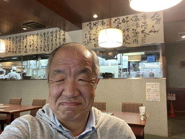 墨花居の店内で自撮りする鈴木義晴(2021.4.15)スプラッシュ