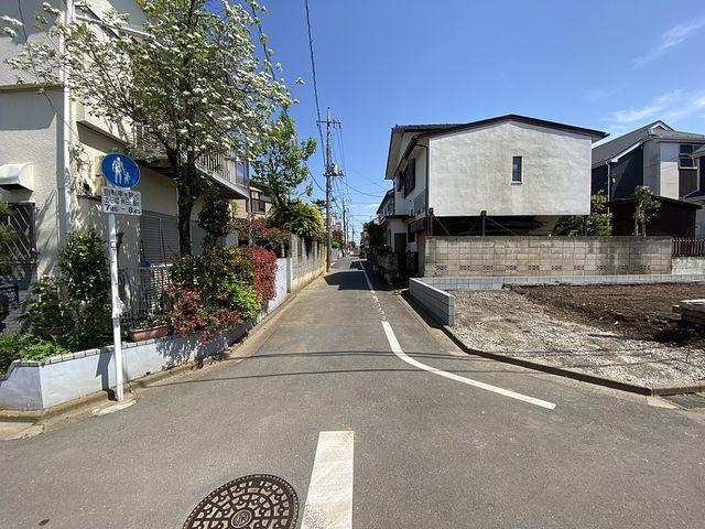 先行して外構工事が完了した西東京市泉町2丁目の新築一戸建ての北側公道部分(2021.4.15)スプラッシュ