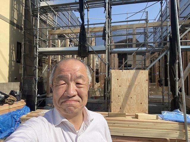 西東京市下保谷3丁目新築一戸建ての建て方作業をバックに自撮りする鈴木義晴(2021.4.20)スプラッシュ