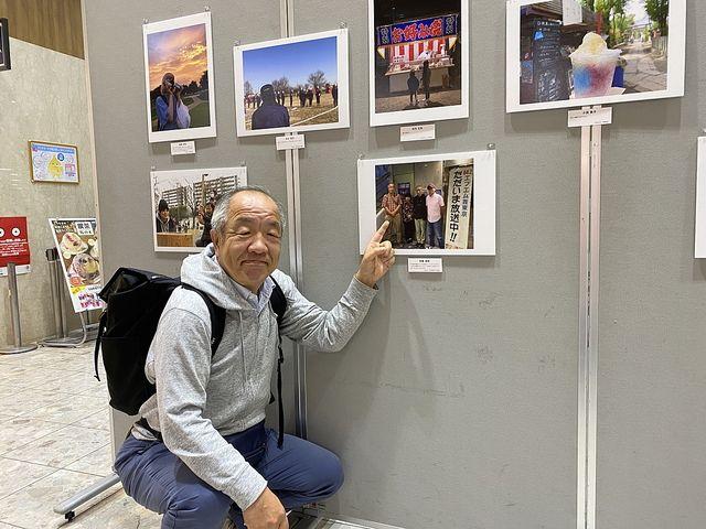 西東京百姿写真展の会場で鈴木義晴(2021.4.18)スプラッシュ