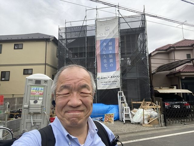 西東京市下保谷3丁目新築一戸建てをバックに自撮りする鈴木義晴(2021.4.22)スプラッシュ