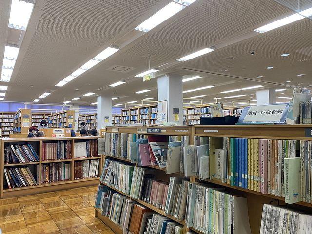 西東京市立ひばりヶ丘図書館の書架 スプラッシュ