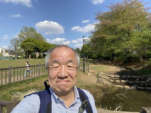谷戸せせらぎ公園で自撮りする鈴木義晴(2021.4.16)スプラッシュ