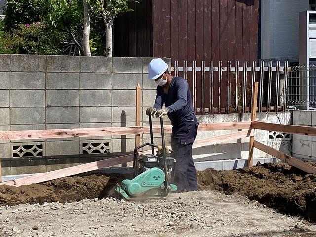 西東京市泉町2丁目の新築一戸建て基礎工事(砕石の上を転圧)の様子(2021.4.30)スプラッシュ