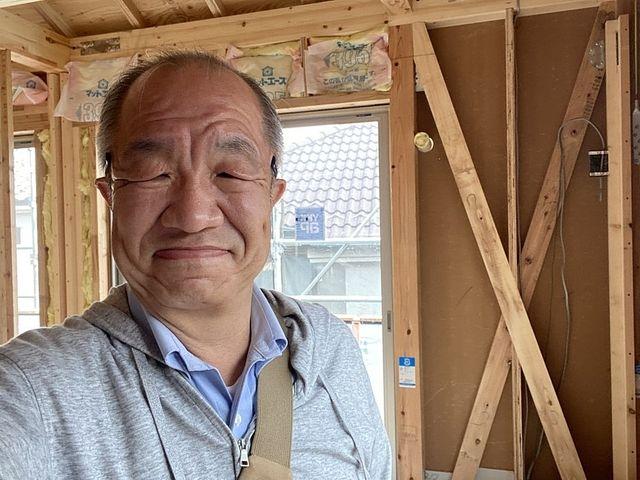 施工途中の西東京市下保谷3丁目新築一戸建ての2階洋室の室内で自撮りする鈴木義晴(2021.5.2)スプラッシュ