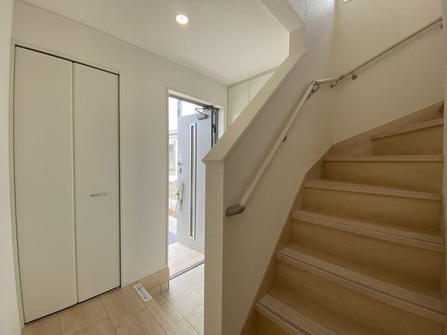 完成した西東京市下保谷3丁目新築住宅の玄関ホール・階段(2021.6.5)スプラッシュ