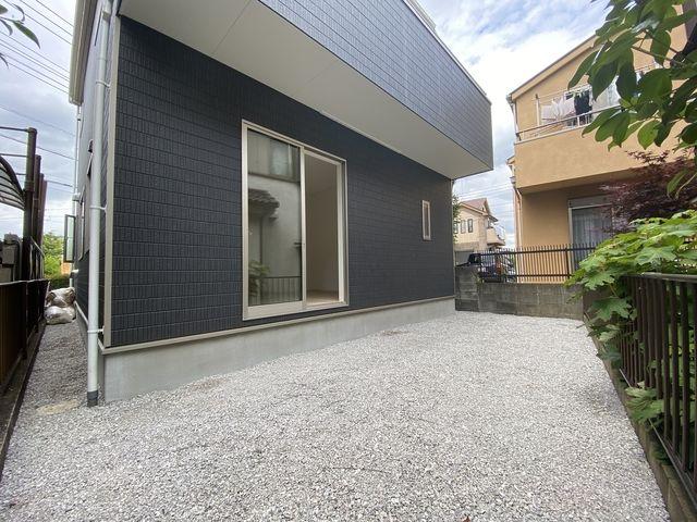 完成した西東京市下保谷3丁目新築住宅の庭先(2021.6.5)スプラッシュ