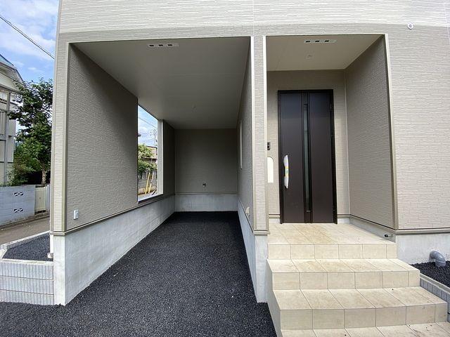 西東京市泉町2丁目新築戸建の車庫と玄関・スプラッシュ