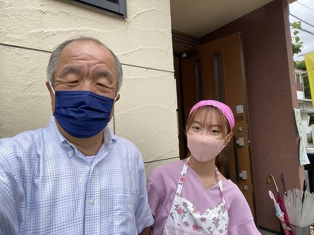 こども食堂げんきのスタッフと写真を撮る鈴木義晴 スプラッシュ