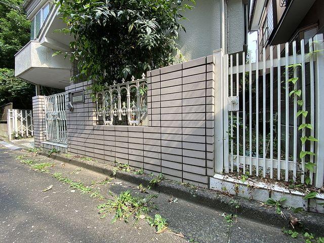 道路際の側溝部分に雑草が生える西東京市下保谷5丁目の空き家 スプラッシュ