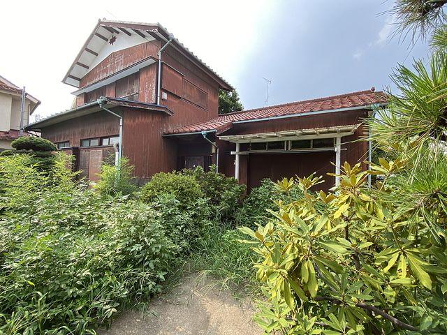 庭先が雑草で覆われた西東京市下保谷の空き家 スプラッシュ