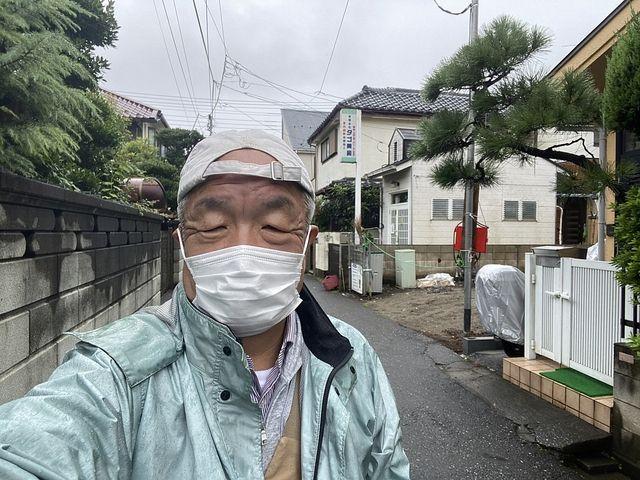 西東京市保谷町3丁目の新築一戸建てを背景に自撮りする鈴木義晴(2021.9.10)スプラッシュ