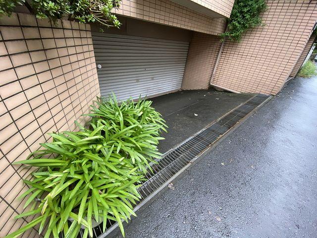 道路よりスロープ状になった位置にある半地下駐車場 スプラッシュ