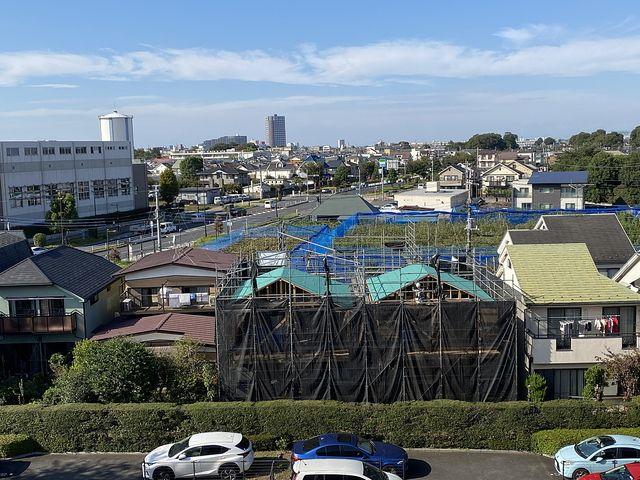 プロムナード東伏見82号棟から望んだ西東京市富士町3丁目新築3棟現場2(2021.10.8)スプラッシュ