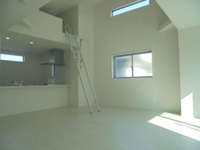 屋根勾配を利用した高さのある利用したリビング・ダイニング