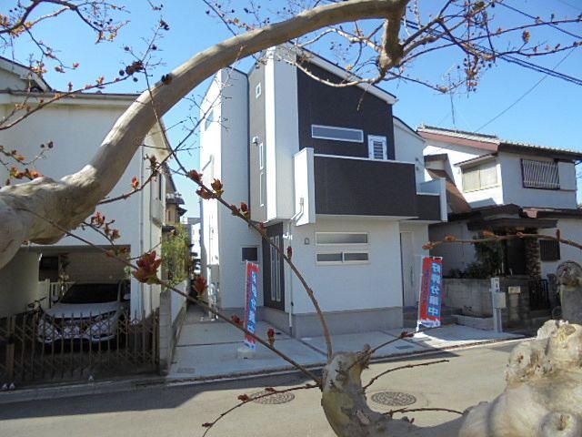 東伏見駅徒歩9分、西東京市富士町3丁目に所在する新築戸建の建物外観です。
