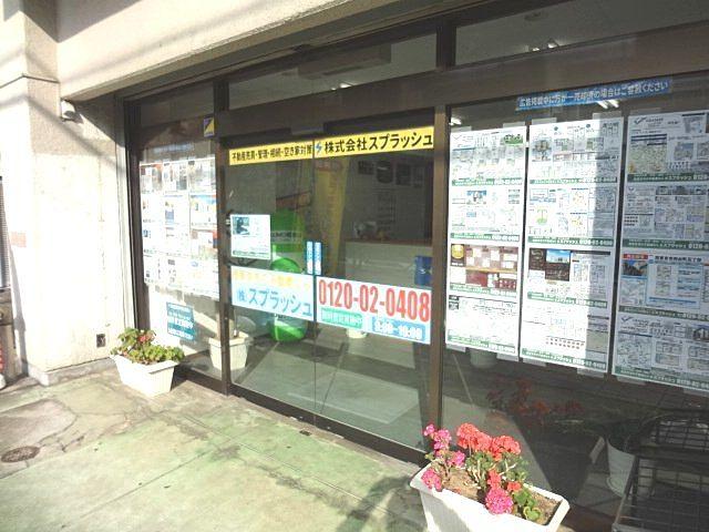 西武新宿線「東伏見」駅北口徒歩2分、三浦屋さんのお隣りかえで通りにお店があります。