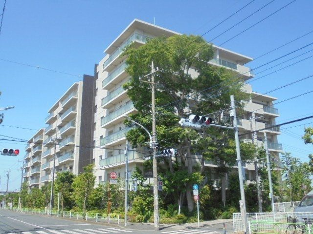 西武新宿線「東伏見」駅北口徒歩10分、東京都西東京市中町4丁目9-28に所在する、2009年1月築、鉄筋コンクリート造8階建て、総戸数88戸のマンションです。