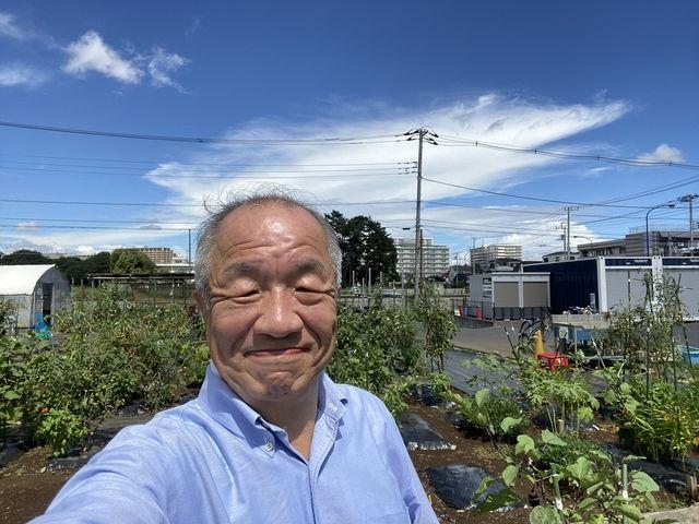 学び舎の農園で自撮りする鈴木義晴