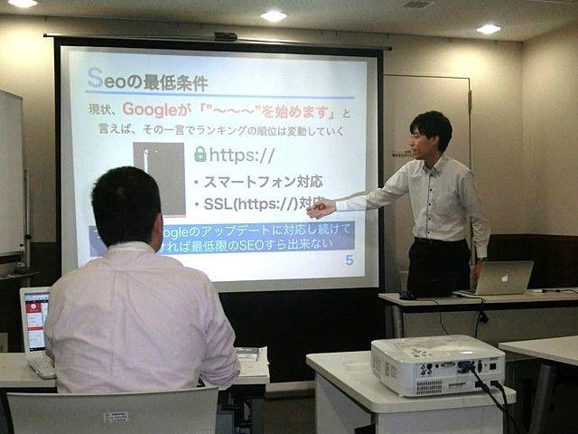 SEOについて詳しく解説する岩崎さん(ドリームワン)