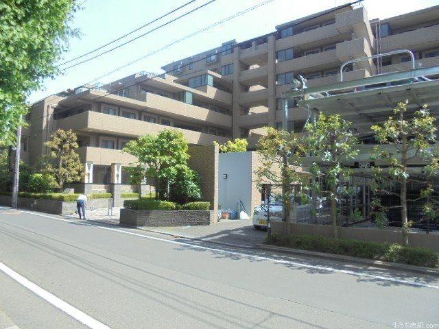 西武新宿線「東伏見」駅南口徒歩8分、西東京市東伏見3丁目に所在する、1998年3月築、鉄骨鉄筋コンクリート造10階建て、総戸数162戸のマンションです。