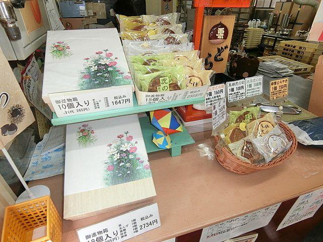 吉乃さんの店頭に並ぶ黒糖虎の助(つぶあん)とあんずどら焼き他の品々