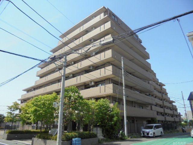 西武新宿線「東伏見」駅南口徒歩8分、西東京市東伏見3丁目7番に所在します。1998年3月築、鉄骨鉄筋コンクリート造地上10階建て、総戸数162戸のマンションです。