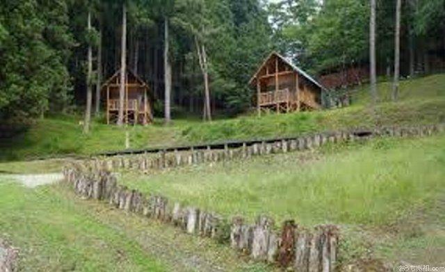 秩父さくら湖を望む山腹に、自然に親しみながら集団生活ができるキャンプ場があります。青少年団体や家族にも無料開放しています!キャンプ場は杉の森に囲まれた自然豊かな場所、大自然を満喫できる秩父に出かけてみませんか。