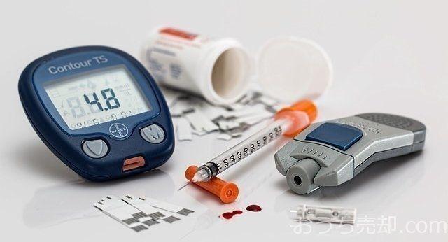 糖尿病は、長年の生活習慣により、膵臓が疲労し、機能が低下した結果、血糖値が高くなる病気です。血糖値が高い状態(高血糖)は血管を傷つけるため、その状態を長く放置することで様々な合併症(網膜症、腎症、心筋梗塞、脳卒中等)を発症します。