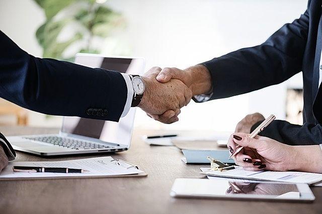 Win-Winの関係、握手を交わす営業マンとお客