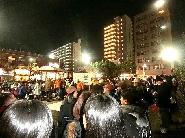 東伏見駅北口ロータリーに集まったたくさんの人