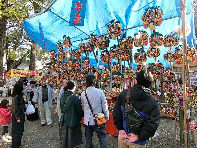 田無神社に並ぶ熊手商2