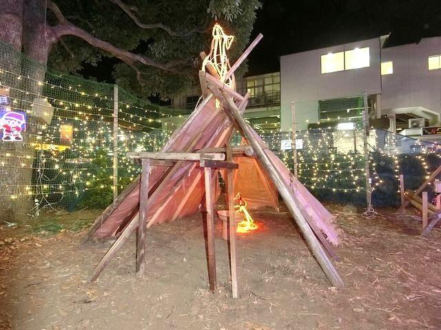 東伏見駅南口の縄文時代のテントの飾り付け