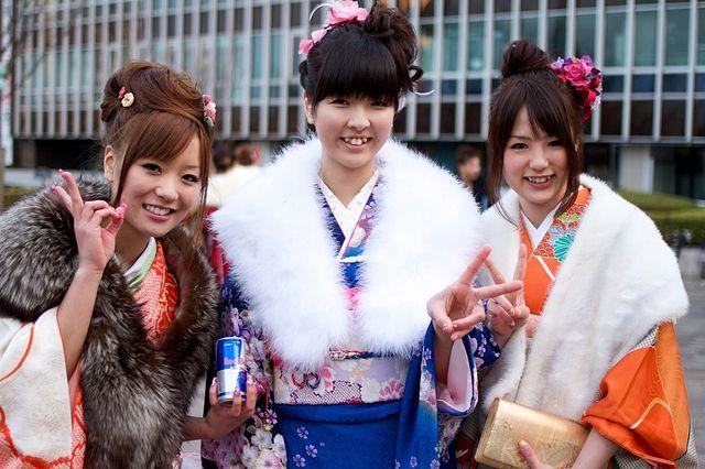 成人式を迎え笑顔とピースで写真を撮る女子3人