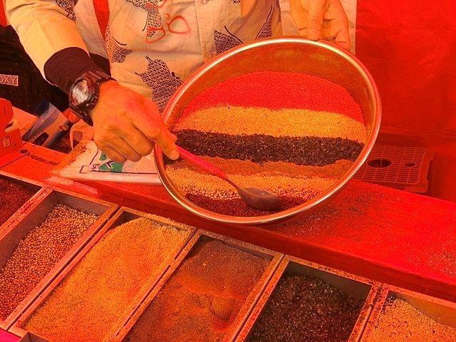 関のボロ市、色鮮やかな七味唐がらし