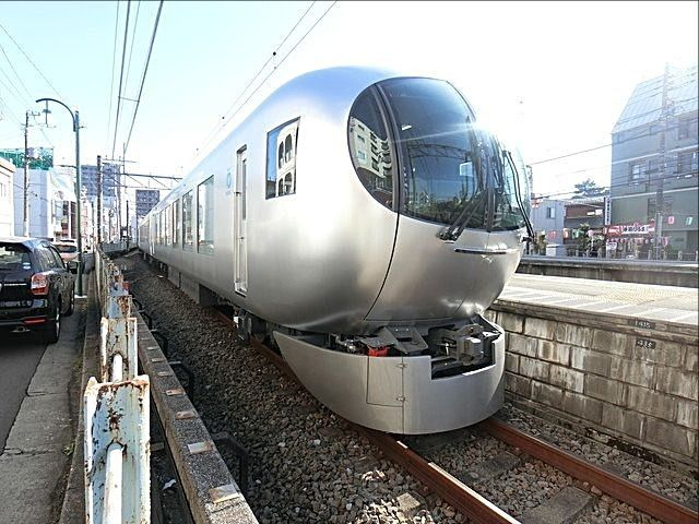 東伏見駅に停車する 新型特急車両 001系 Laview3