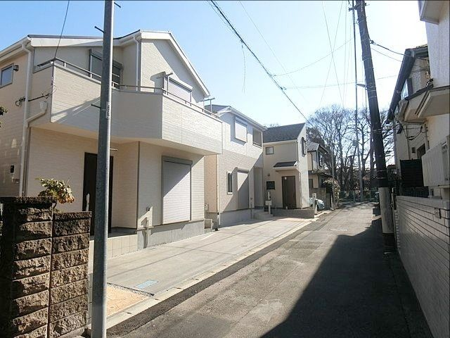 完成した西東京市下保谷3丁目の新築住宅の前面道路の様子