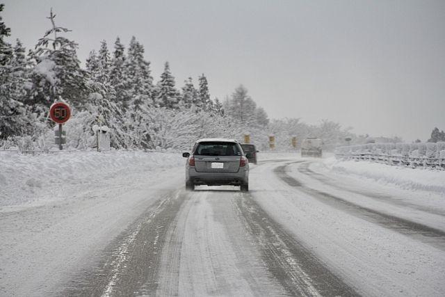 雪に覆われた車道