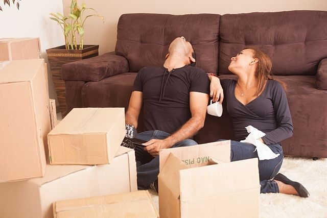 片付けが上手く進まず嫌になる夫を励ます妻