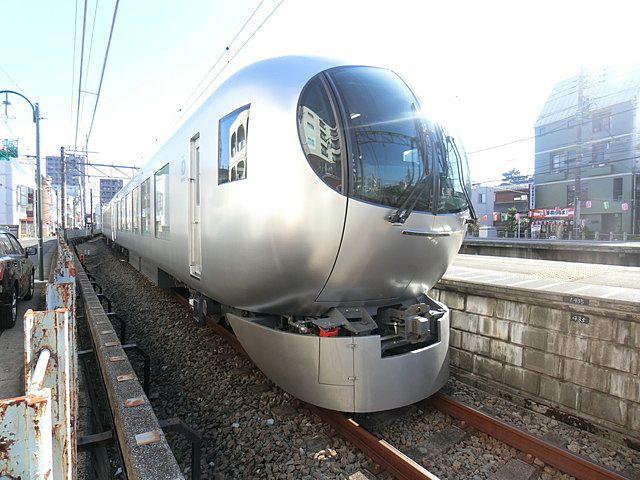 試運転で西武新宿線を走る西武鉄道の新型特急のラビュー